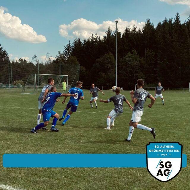 Team I mit erneuter Niederlage, Team II weiter Tabellenführer 🔵⚪️  SGAG II – SG Vöhringen II 3:2 (3:0) Unsere Zweite spielte in der ersten Halbzeit stark auf, ließ kaum Torchancen zu und ging verdient mit 3:0 in die Pause.  In Halbzeit zwei wurde man immer weiter in die eigene Hälfte gedrängt. Gegen Ende des Spiels konnten die Vöhringer sogar auf ein 3:2 verkürzen. Dennoch rettete man den Sieg über die Zeit und steht mit 7 Punkten aus drei Spielen weiterhin an der Tabellenspitze.  SGAG – SG Vöhringen: 2:6 (0:5) Im zweiten Heimspiel der noch jungen Saison empfing man die starken und bis dahin mit weißer Weste aufspielenden Vöhringer. Leider konnte man in der ersten Halbzeit dem Druck der Gäste nicht standhalten und ging mit einem 5:0 in die Pause. Minute 4: Nach eigenem Ballverlust im Mittelfeld konterten die pfeilschnellen Gäste und Burak Sahin erzielte aus abseitsverdächtiger Position den 1:0 Führungstreffer. Minute 15: Sehr sehenswerter Angriff des aktuellen Tabellenführers. Spieler des Spiels Tom Schmid bereitete …  Den Link zu den vollständigen Spielberichten auf unserer Website findet ihr in der Bio. #lebmalSGAG
